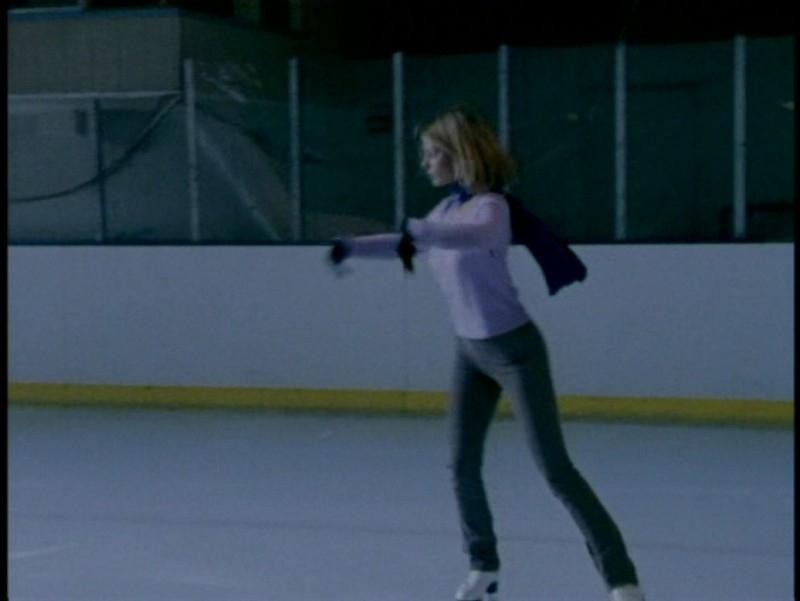 Sarah Michelle Gellar sui pattini in una scena dell'episodio 'L'unione fa la forza (1° parte)' di Buffy - L'ammazzavampiri