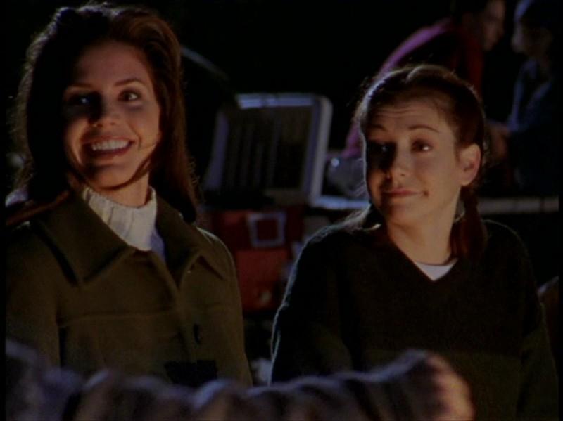 Alyson Hannigan e Charisma Carpenter in una sequenza dell'episodio 'Il DNA del campione' di Buffy - L'ammazzavampiri