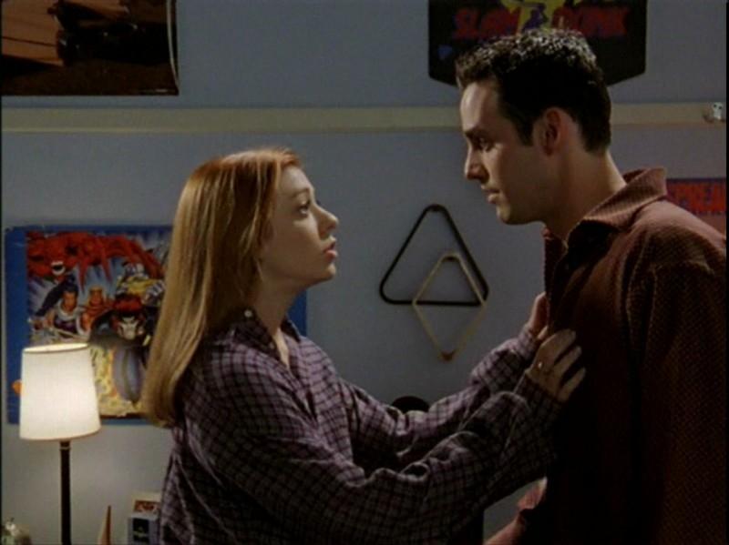 Alyson Hannigan e Nicholas Brendon nell'episodio 'Caccia all'uomo' di Buffy - L'ammazzavampiri