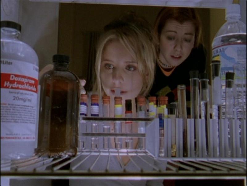 Alyson Hannigan e Sarah Michelle Gellar in una sequenza dell'episodio 'Il mostro' di Buffy - L'ammazzavampiri
