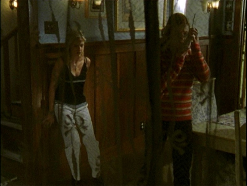 Alyson Hannigan e Sarah Michelle Gellar in una sequenza dell'episodio 'Passioni' di Buffy - L'ammazzavampiri