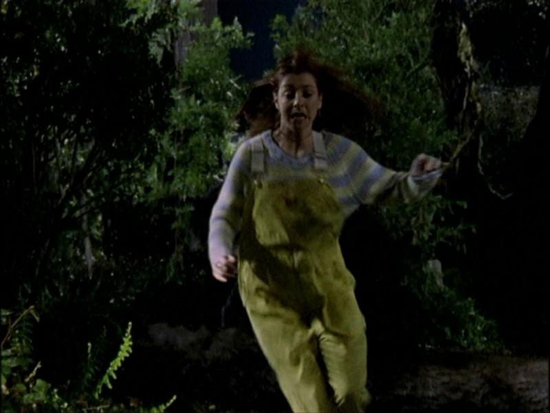 Alyson Hannigan in fuga in una scena dell'episodio 'Notte di luna piena' di Buffy - L'ammazzavampiri