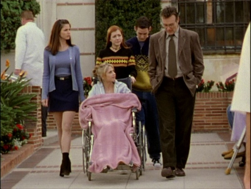 Alyson Hannigan, Nicholas Brendon, Charisma Carpenter, Sarah Michelle Gellar e Anthony Head in una sequenza dell'episodio 'Il mostro' di Buffy - L'ammazzavampiri