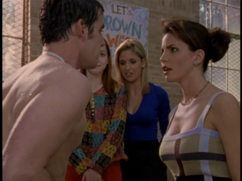 Alyson Hannigan, Sarah Michelle Gellar, Charisma Carpenter e Nicholas Brendon in una sequenza dell'episodio 'Il DNA del campione' di Buffy - L'ammazzavampiri