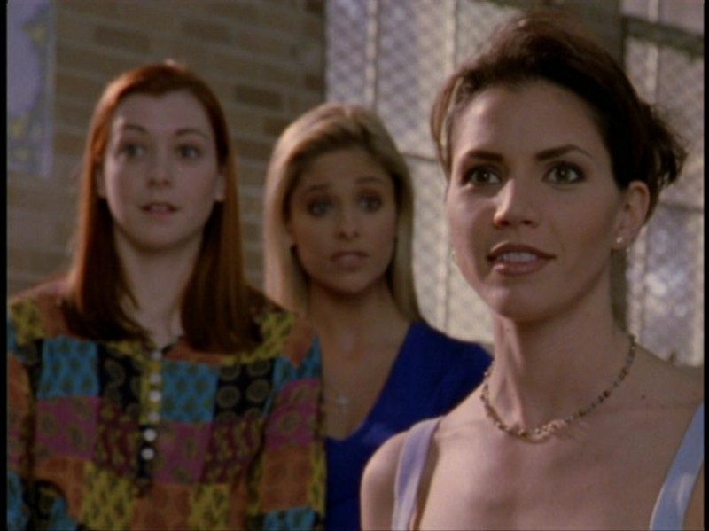 Alyson Hannigan, Sarah Michelle Gellar e Charisma Carpenter in una sequenza dell'episodio 'Il DNA del campione' di Buffy - L'ammazzavampiri