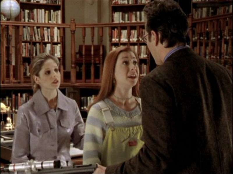 Anthony Head, Alyson Hannigan e Sarah Michelle Gellar in una sequenza dell'episodio 'Notte di luna piena' di Buffy - L'ammazzavampiri