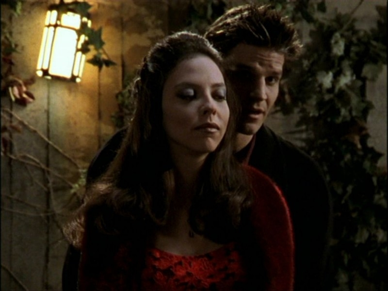 David Boreanaz e Juliet Landau in una scena dell'episodio 'Per sempre' della seconda stagione di Buffy - L'ammazzavampiri