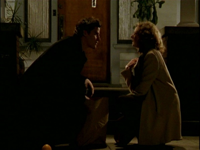 David Boreanaz e Kristine Sutherland in una sequenza dell'episodio 'Passioni' di Buffy - L'ammazzavampiri