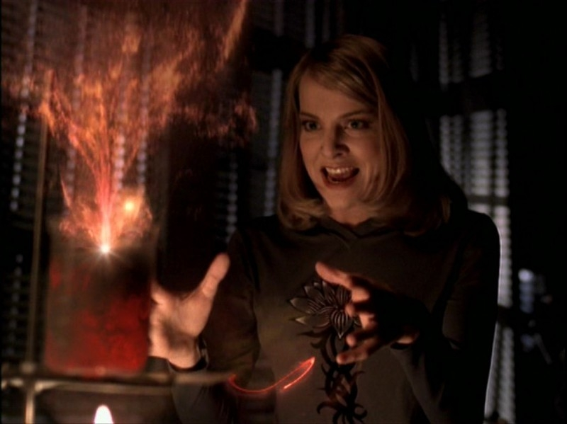 Elizabeth Anne Allen in una scena dell'episodio 'Caccia all'uomo' di Buffy - L'ammazzavampiri