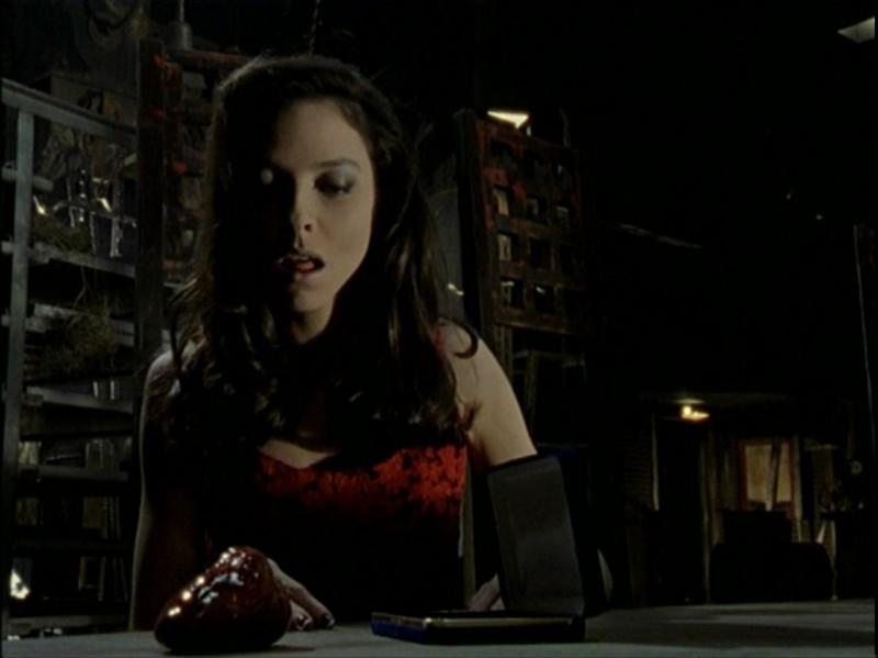 Juliet Landau in una scena dell'episodio 'Caccia all'uomo' di Buffy - L'ammazzavampiri