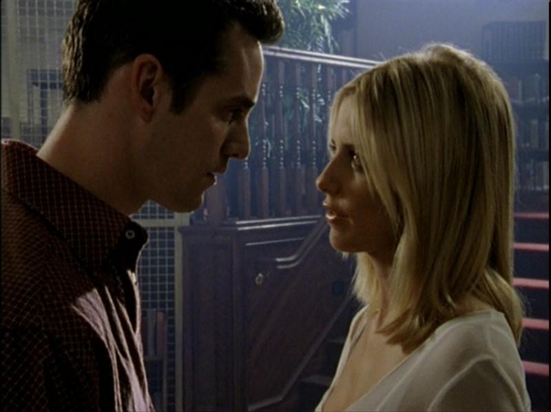 Nicholas Brendon ammalia Sarah Michelle Gellar in una scena dell'episodio 'Caccia all'uomo' di Buffy - L'ammazzavampiri