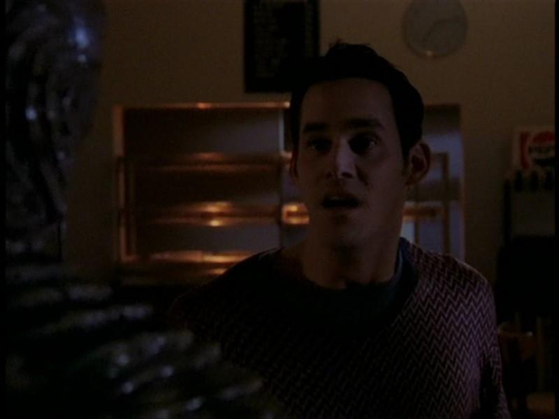 Nicholas Brendon in una sequenza dell'episodio 'Il DNA del campione' di Buffy - L'ammazzavampiri
