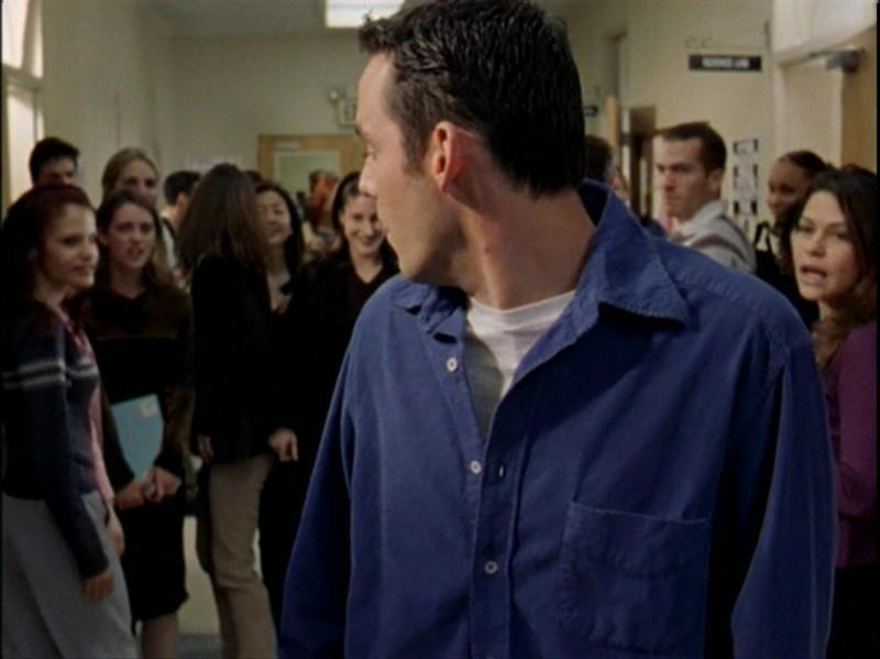 Nicholas Brendon inizia a preoccuparsi in una scena dell'episodio 'Caccia all'uomo' di Buffy - L'ammazzavampiri