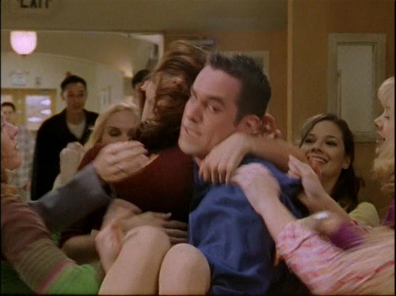 Nicholas Brendon porta in salvo Charisma Carpenter  in una scena dell'episodio 'Caccia all'uomo' di Buffy - L'ammazzavampiri