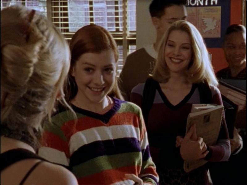 Sarah Michelle Gellar, Alyson Hannigan e Elizabeth Anne Allen in una scena dell'episodio 'Caccia all'uomo' di Buffy - L'ammazzavampiri