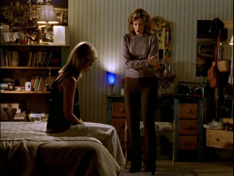 Sarah Michelle Gellar e Kristine Sutherland in una sequenza dell'episodio 'Passioni' di Buffy - L'ammazzavampiri