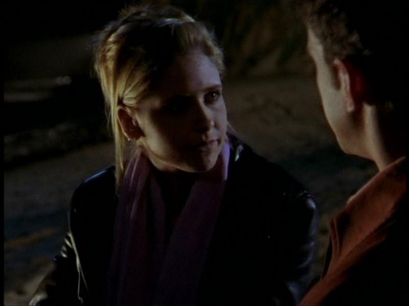 Sarah Michelle Gellar in una sequenza dell'episodio 'Il DNA del campione' di Buffy - L'ammazzavampiri