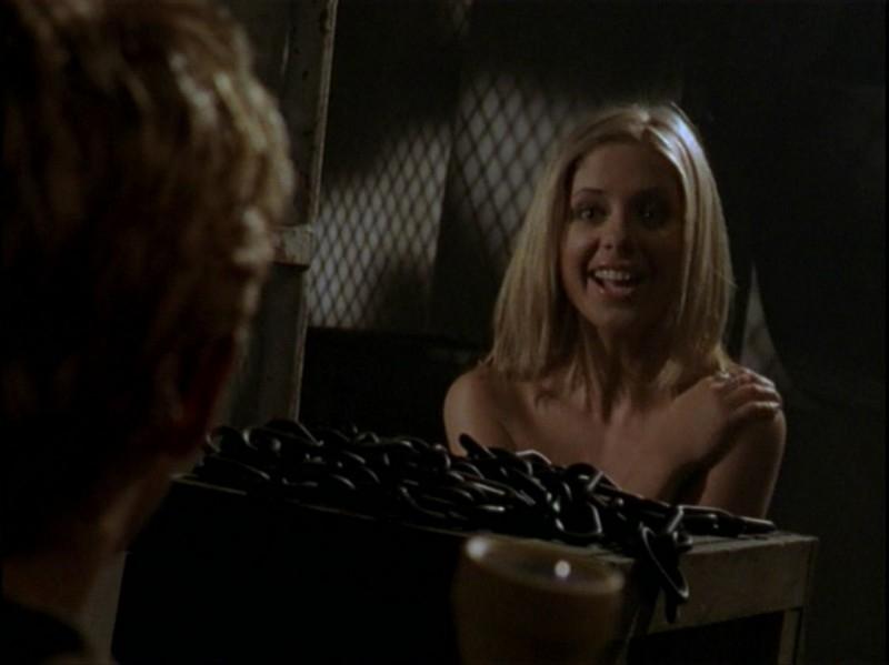 Sarah Michelle Gellar in una situazione imbarazzante nell'episodio 'Caccia all'uomo' di Buffy - L'ammazzavampiri