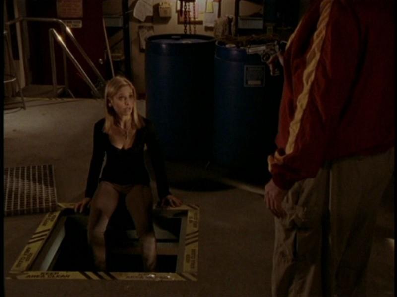 Sarah Michelle Gellar nei guai in una scena dell'episodio 'Il DNA del campione' di Buffy - L'ammazzavampiri