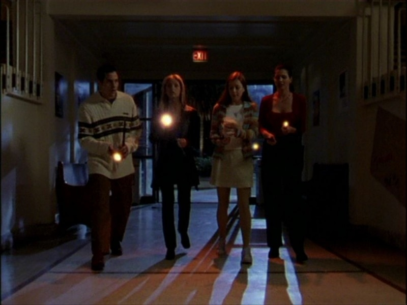 Sarah Michelle Gellar, Nicholas Brendon, Alyson Hannigan e Charisma Carpenter in una sequenza dell'episodio 'Per sempre' della seconda stagione di Buffy - L'ammazzavampiri