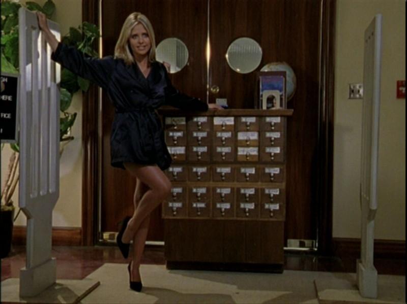 Una Sarah Michelle Gellar più aggressiva che mai in una scena dell'episodio 'Caccia all'uomo' di Buffy - L'ammazzavampiri
