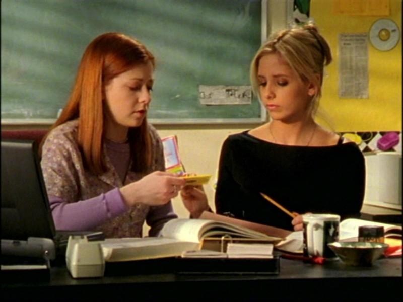 Alyson Hannigan e Sarah Michelle Gellar in una scena dell'episodio 'L'inizio della storia (1ª parte)' di Buffy - L'ammazzavampiri