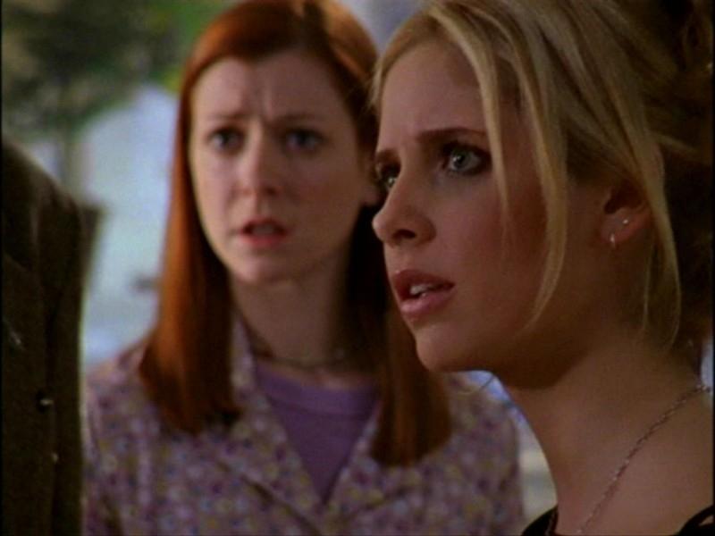 Alyson Hannigan e Sarah Michelle Gellar in una sequenza dell'episodio 'L'inizio della storia (1ª parte)' di Buffy - L'ammazzavampiri