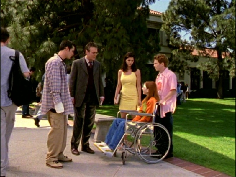 Alyson Hannigan, Seth Green, Charisma Carpenter, Anthony Head e Nicholas Brendon in una scena dell'episodio 'L'inizio della storia (2ª parte)' di Buffy - L'ammazzavampiri