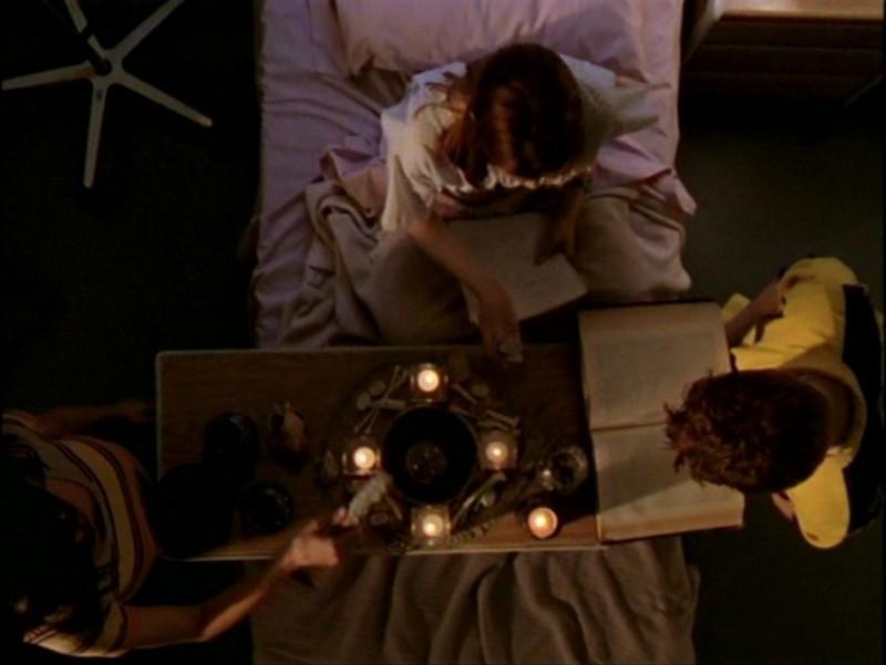 Alyson Hannigan, Seth Green e Charisma Carpenter in una scena dell'episodio 'L'inizio della storia (2ª parte)' di Buffy - L'ammazzavampiri