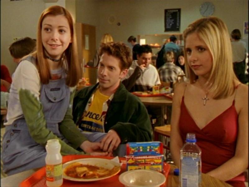 Alyson Hannigan, Seth Green e Sarah Michelle Gellar in una scena dell'episodio 'L'inizio della storia (1ª parte)' di Buffy - L'ammazzavampiri