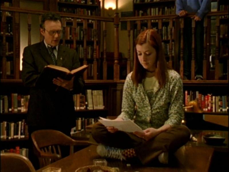 Anthony Head e Alyson Hannigan in una scena dell'episodio 'L'inizio della storia (1ª parte)' della seconda stagione di Buffy - L'ammazzavampiri