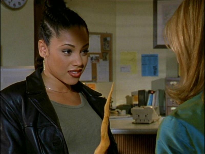 Bianca Lawson (e Mr. Pointy) in una scena dell'episodio 'L'inizio della storia (1ª parte)' della seconda stagione di Buffy - L'ammazzavampiri
