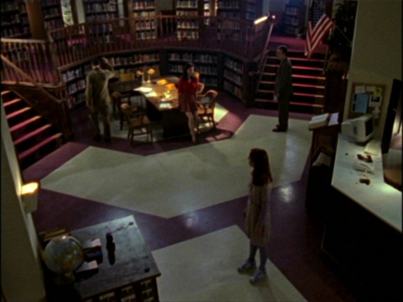 Charisma Carpenter, Nicholas Brendon, Anthony Head e Alyson Hannigan in una sequenza dell'episodio 'L'inizio della storia (1ª parte)' di Buffy - L'ammazzavampiri