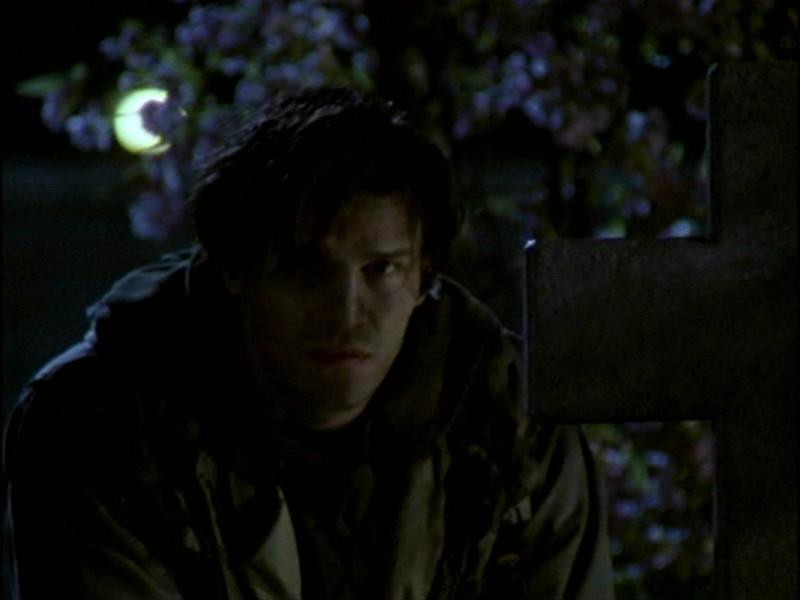 David Boreanaz in una sequenza dell'episodio 'L'inizio della storia (1ª parte)' della seconda stagione di Buffy - L'ammazzavampiri