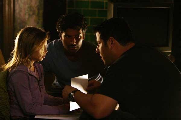 Heroes Volume II - Episodio 4: Matt (Greg Grunberg) chiede aiuto a Molly (Adair Tishler) sotto lo sguardo preoccupato di Mohinder (Sendhil Ramamurthy)