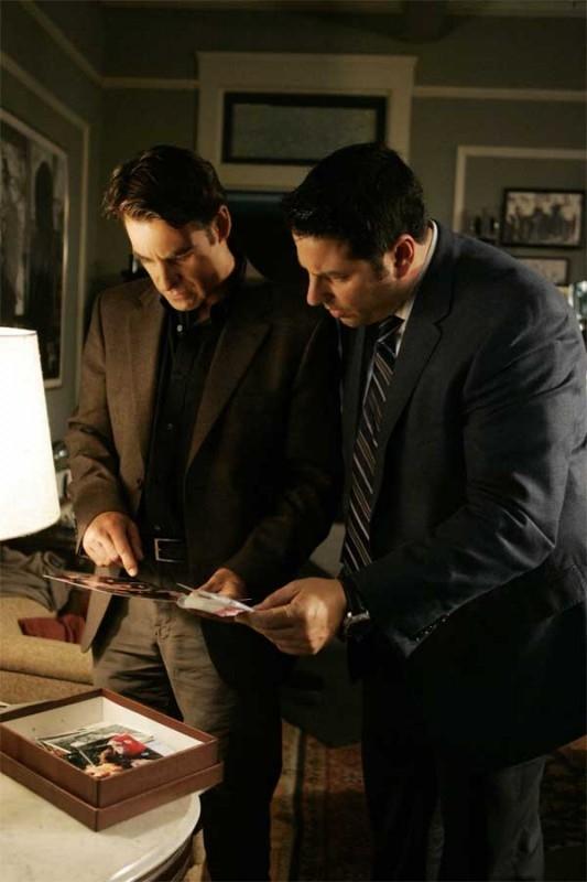 Heroes Volume II - Episodio 4: Nathan (Adrian Pasdar) con Matt (Greg Grunberg) cercano la verità guardando vecchie foto
