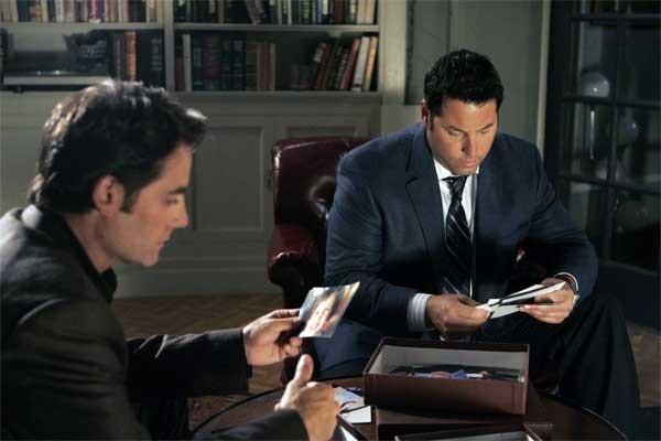 Heroes Vol. II - Episodio 4: Nathan (Adrian Pasdar) e Matt (Greg Grunberg) cercano la verità guardando vecchie foto
