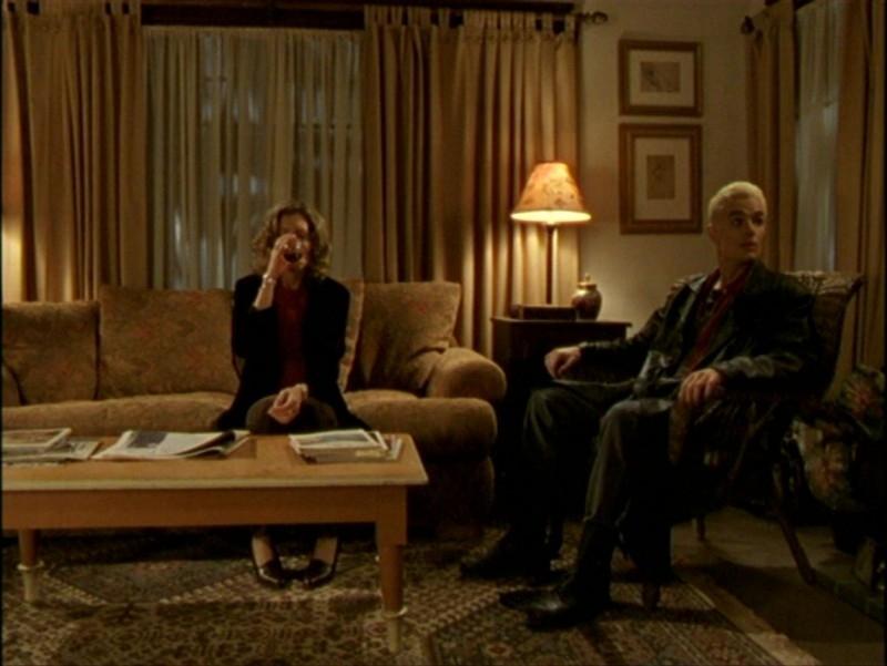 James Marsters e Kristine Sutherland in una scena dell'episodio 'L'inizio della storia (2ª parte)' di Buffy - L'ammazzavampiri