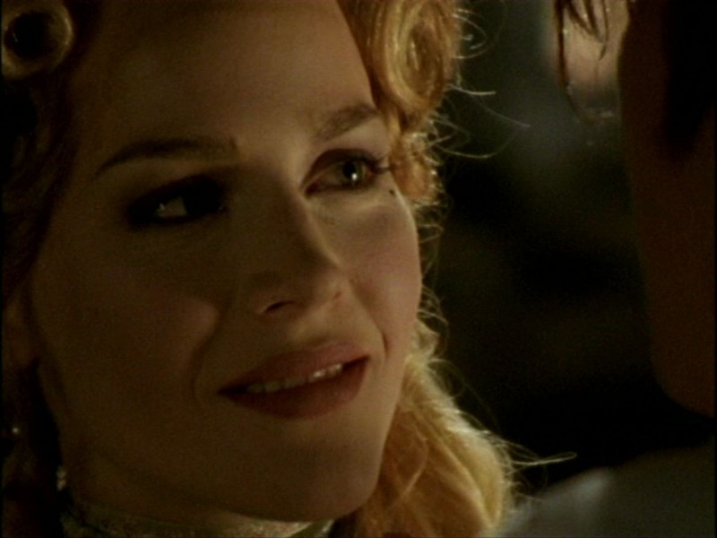 Julie Benz in una scena dell'episodio 'L'inizio della storia (1ª parte)' della seconda stagione di Buffy - L'ammazzavampiri