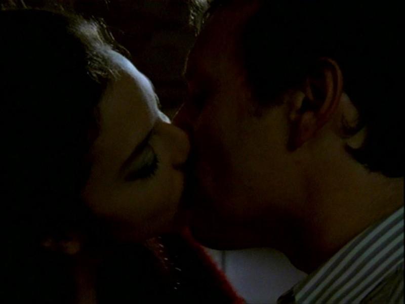 Juliet Landau e Anthony Head in una sequenza dell'episodio 'L'inizio della storia (2ª parte)' della seconda stagione di Buffy - L'ammazzavampiri
