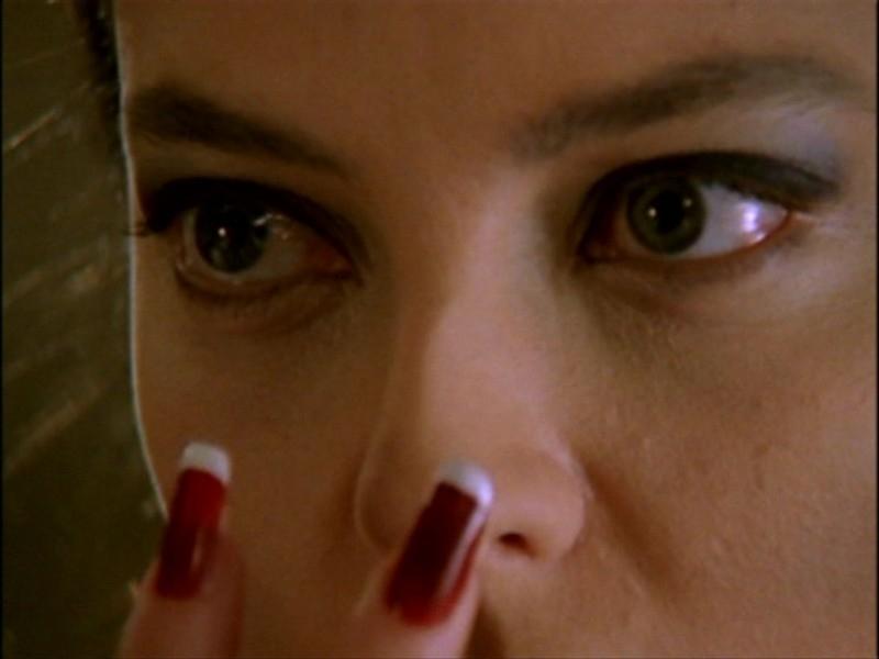 L'ipnotica Juliet Landau nell'episodio 'L'inizio della storia (1ª parte)' della seconda stagione di Buffy - L'ammazzavampiri