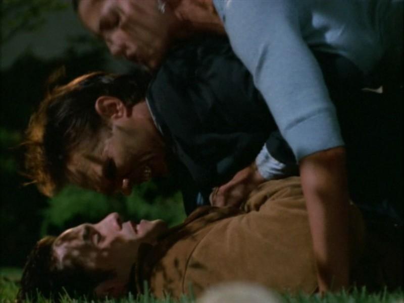Nicholas Brendon e Charisma Carpenter in una scena dell'episodio 'Identità segreta' di Buffy - L'ammazzavampiri