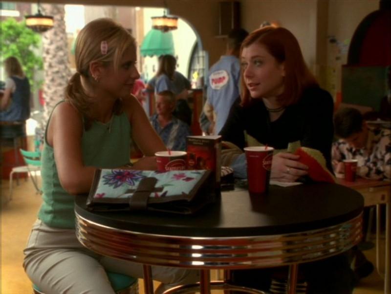 Sarah Michelle Gellar con Alyson Hannigan nell'episodio 'La festa dei morti viventi' di Buffy - L'ammazzavampiri