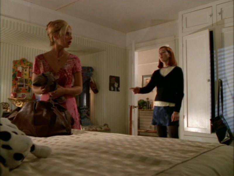 Sarah Michelle Gellar e Alyson Hannigan in una scena dell'episodio 'La festa dei morti viventi' di Buffy - L'ammazzavampiri