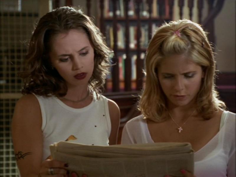 Sarah Michelle Gellar e Eliza Dushku in una scena dell'episodio 'L'incantesimo' di Buffy - L'ammazzavampiri