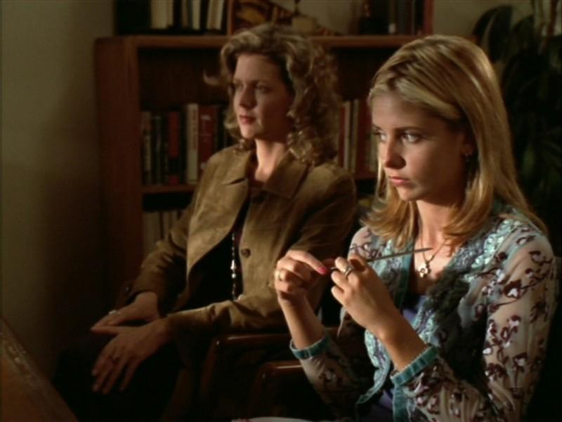 Sarah Michelle Gellar e Kristine Sutherland in una scena dell'episodio 'L'incantesimo' di Buffy - L'ammazzavampiri