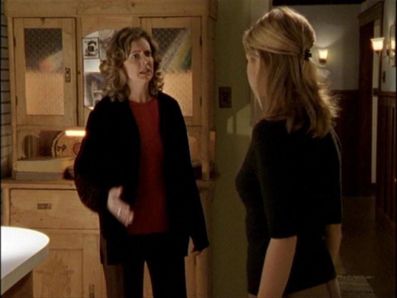 Sarah Michelle Gellar e Kristine Sutherland in una scena dell'episodio 'L'inizio della storia (2ª parte)' di Buffy - L'ammazzavampiri