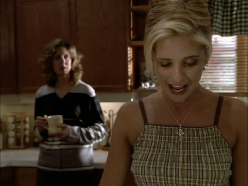 Sarah Michelle Gellar e Kristine Sutherland nell'episodio 'La festa dei morti viventi' di Buffy - L'ammazzavampiri