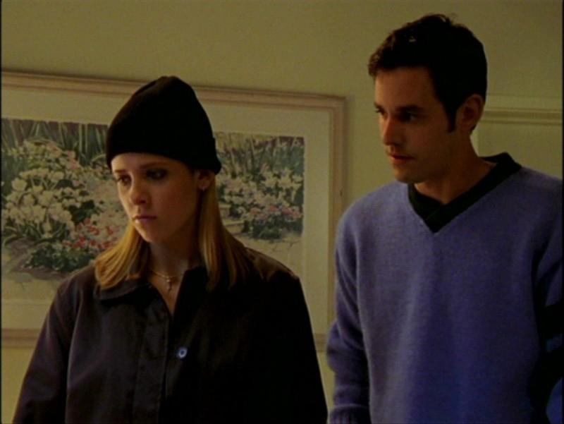 Sarah Michelle Gellar e Nicholas Brendon in una scena dell'episodio 'L'inizio della storia (2ª parte)' di Buffy - L'ammazzavampiri