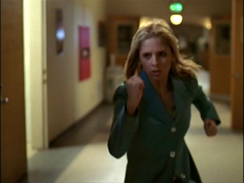 Sarah Michelle Gellar in una drammatica scena dell'episodio 'L'inizio della storia (1ª parte)' di Buffy - L'ammazzavampiri